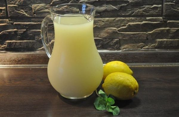 the-homemade-lemonade-with-mint-and-honey