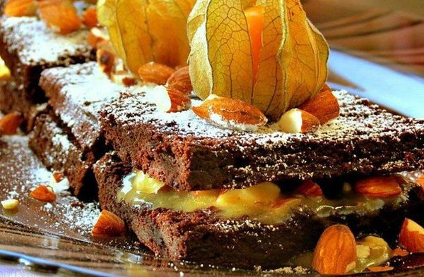 brownies-with-almonds-and-caramel