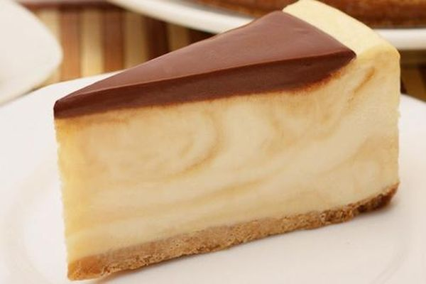 cheesecake-with-crackers-and-milk-caramel