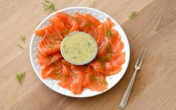 homemade-gravlax-salted-salmon-with-dill-sauce-and-mustard