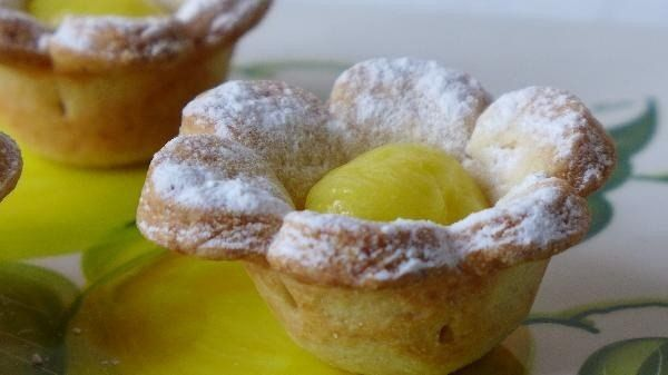 shortbread-tarts-with-cream