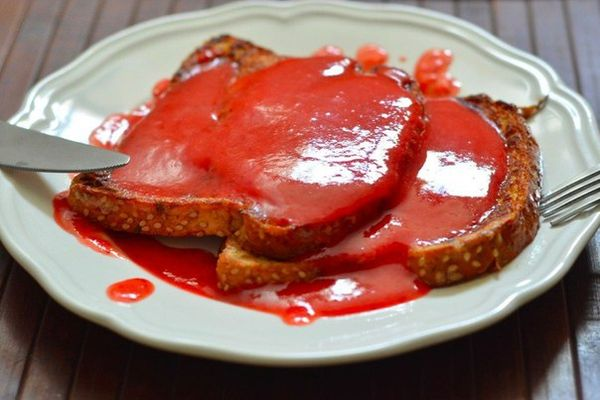 french-toast-with-strawberry-sauce