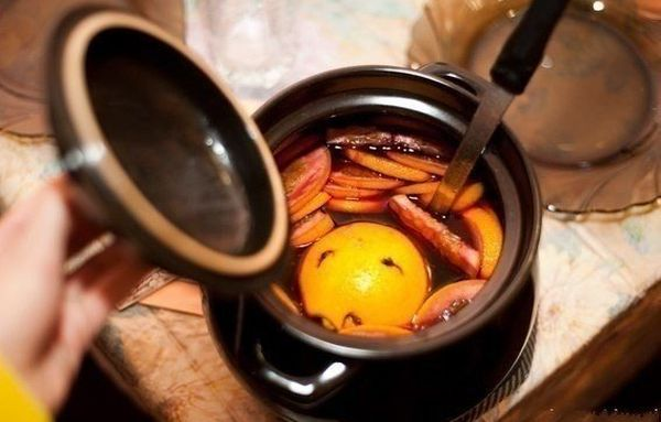 mulled-wine-with-ginger-and-raisins