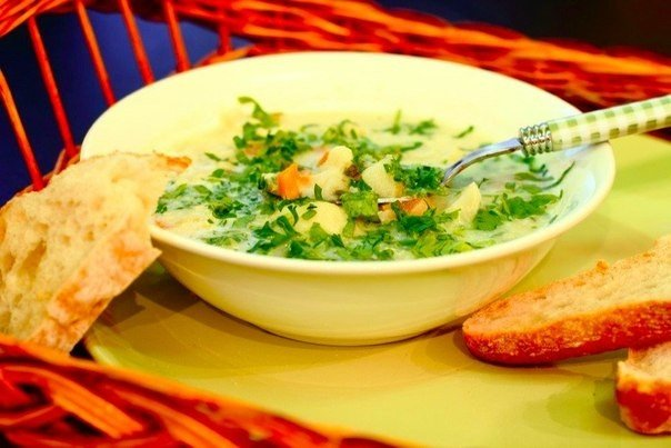 cauliflower-soup-with-cream-and-parsley